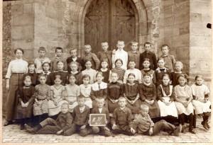 B2 U761/3312 Klassenfoto an der Stiftskirche 1914 Klasse3